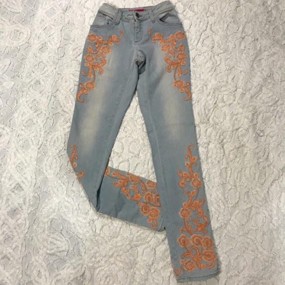 Alice + Olivia Denim - Adorable Alice + Olivia Embroidered Floral Jeans 0
